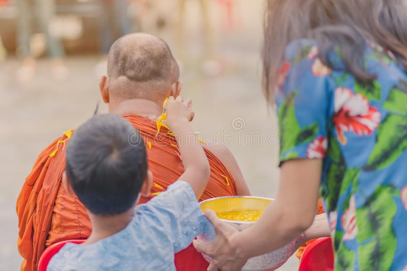 L'eau de versement de personnes au moine bouddhiste et donne la bénédiction dans le festival annuel de la Thaïlande Songkran image libre de droits