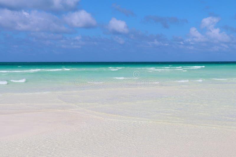 L'eau des Caraïbes avec le ciel bleu images libres de droits