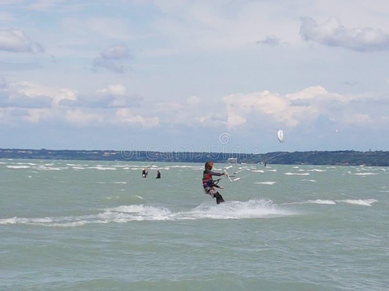 L'eau du Lac Balaton de kitesurf image stock