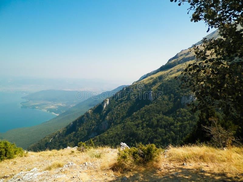 L'eau du lac Ohrid et montagnes de parc national de Galicica, Macédoine photos libres de droits