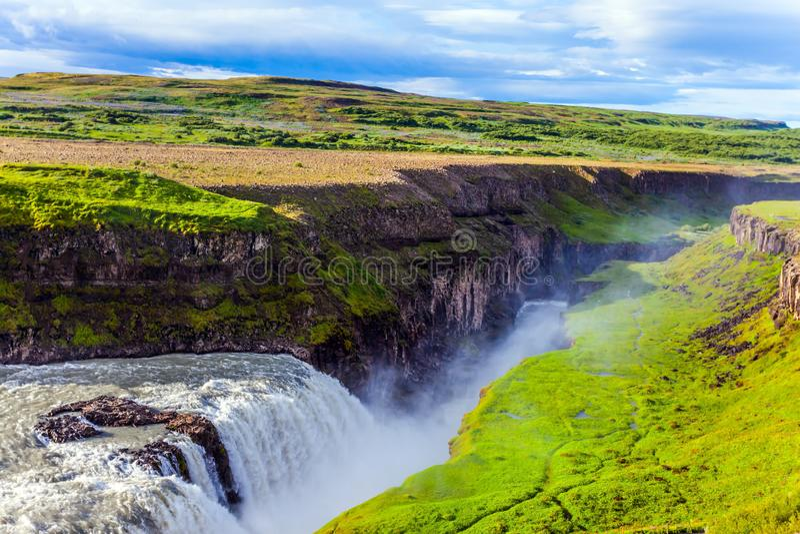 L'eau en baisse de la cascade d'or photos libres de droits