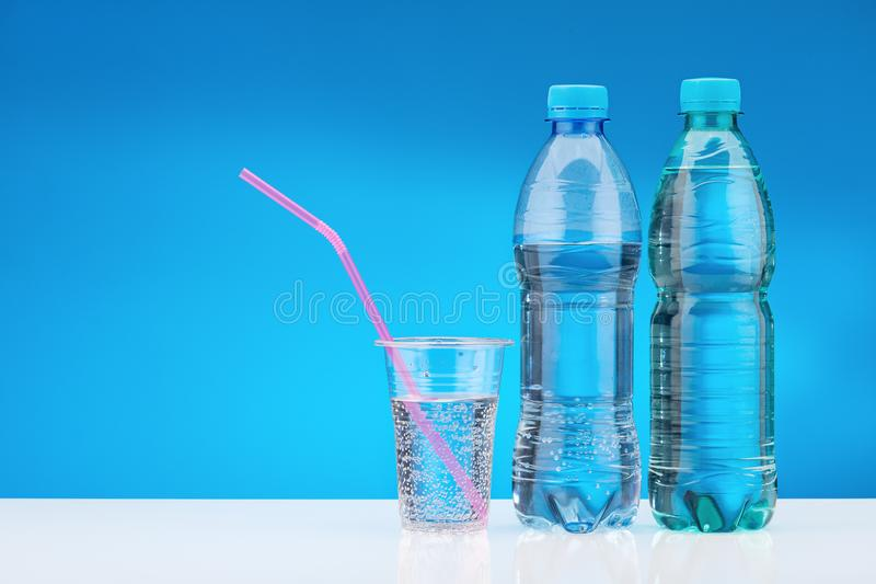 Verre de l 39 eau avec une paille bleue image stock image - Place du verre a eau sur une table ...