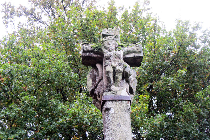 l'eau en pierre sacrée transversale du monastère s d'homme de fontaine d'écoulements d'ouvertures photos stock