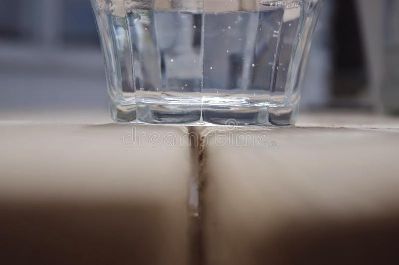 L'eau en verre sur le tafel image libre de droits