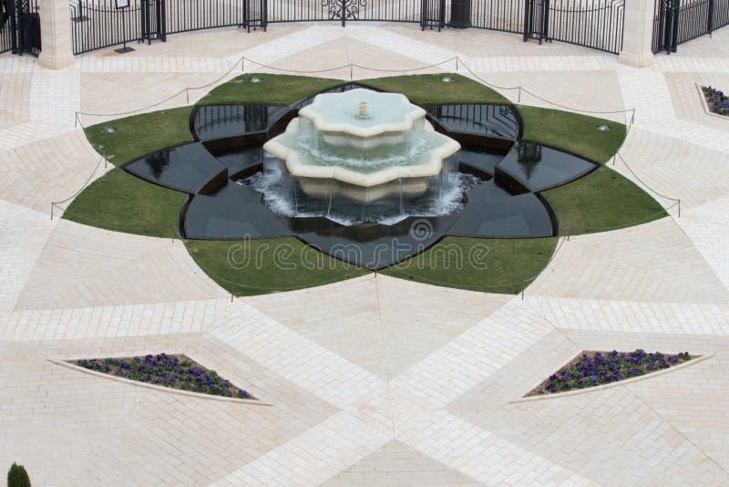 L'eau entrant dans la fontaine photos stock