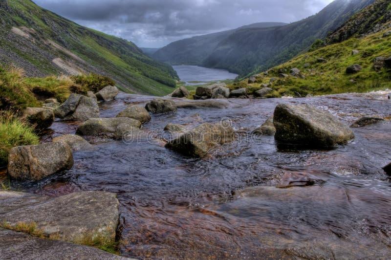 L'eau entrant en aval dans une vallée. photographie stock libre de droits