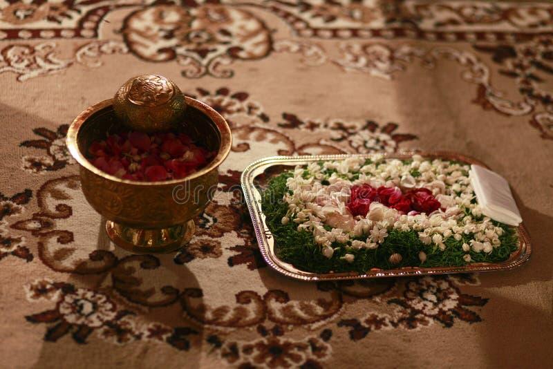 L'eau et fleurs pour la cérémonie de mariage de Javanese photos stock