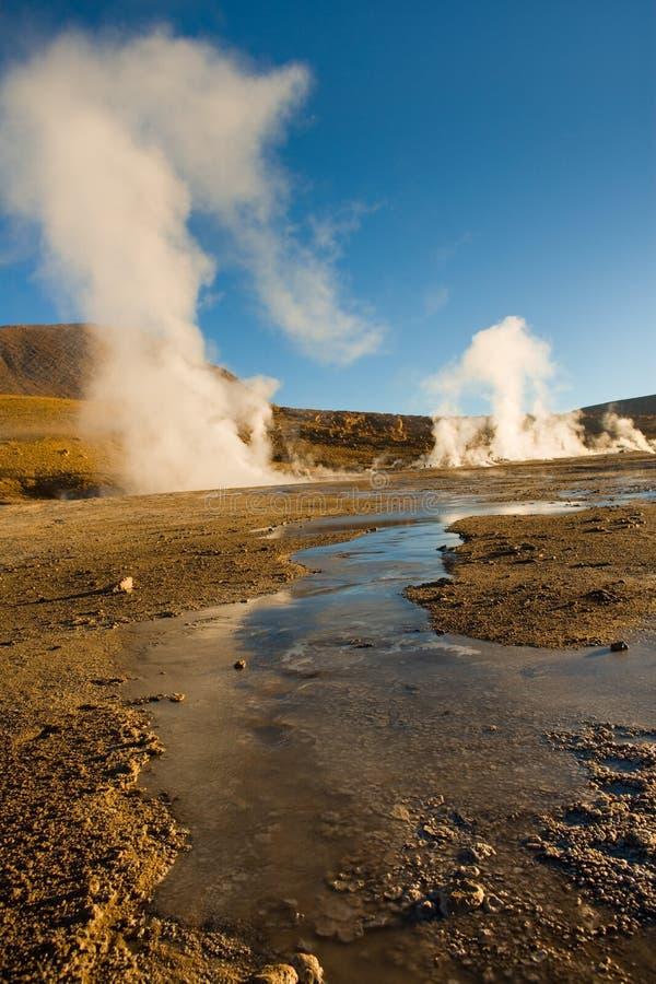 L'eau et fumerolles congelées à une altitude de 4300m, geysers d'EL Tatio, désert d'Atacama image stock
