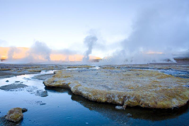 L'eau et fumerolles congelées aux geysers d'EL Tatio dans le désert d'Atacama photo stock