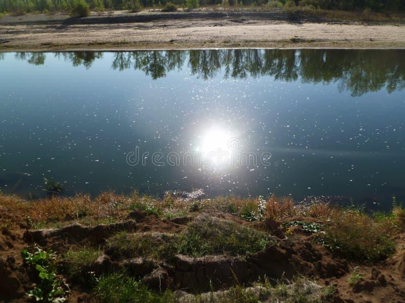 L'eau et la nature, le silence et la contemplation aident à trouver la paix de l'esprit images libres de droits