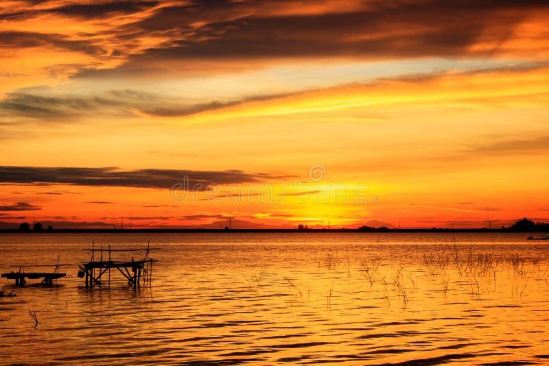 L'eau et le ciel de coucher du soleil avec un nuage image stock