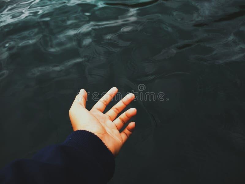 L'eau et main images stock