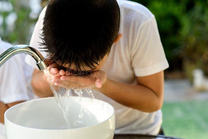 L'eau et main de robinet photo libre de droits
