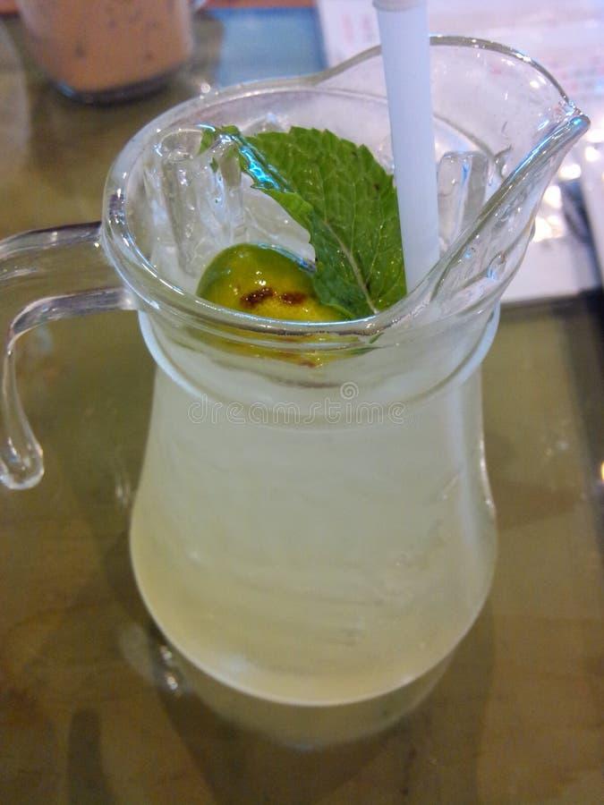 L'eau et miel de citron photographie stock libre de droits