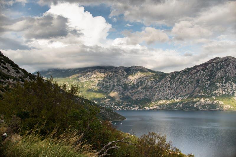 L'eau et montagnes image libre de droits