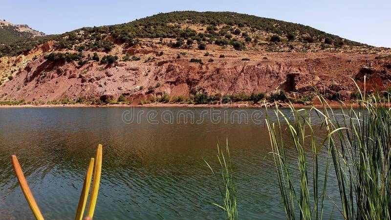 L'eau et montagnes photographie stock