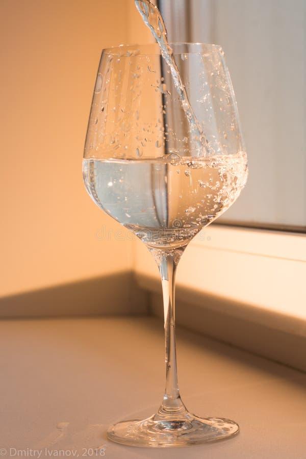 L'eau et réflexion d'un verre dans le 1 de congélation photographie stock libre de droits