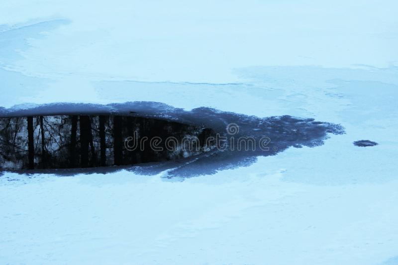 l'eau exempte de glace sur l'étang de Karpin de lac, parc de Gatchina, Russie Le lac est couvert de couche de glace et de neige b image libre de droits