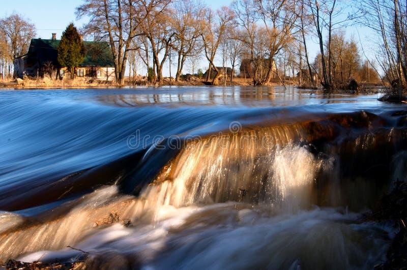L'eau, flot, cascade à écriture ligne par ligne images libres de droits