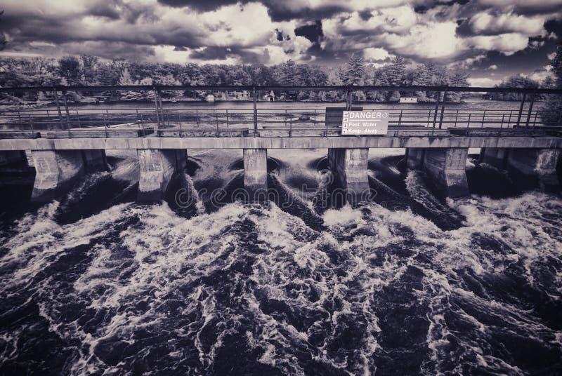 L'eau fluide se précipitant par un pont photo stock