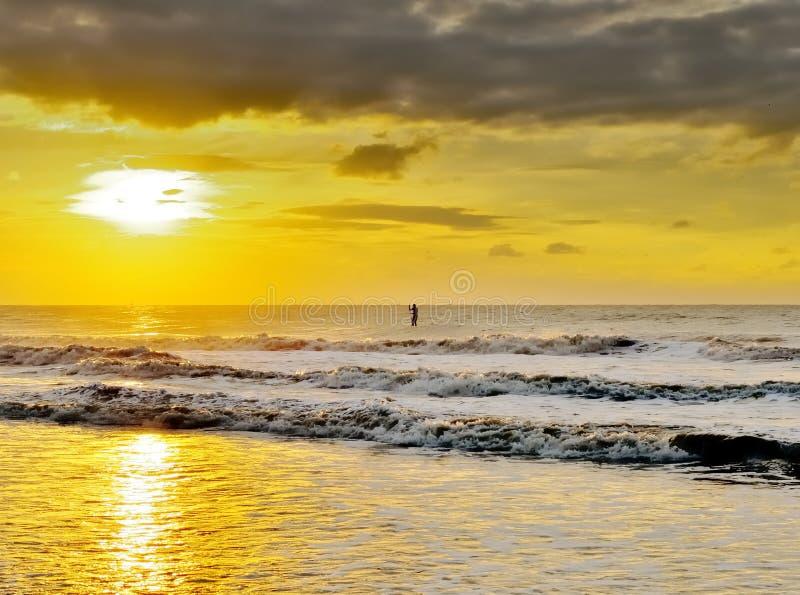 L'eau folâtrant au coucher du soleil image stock