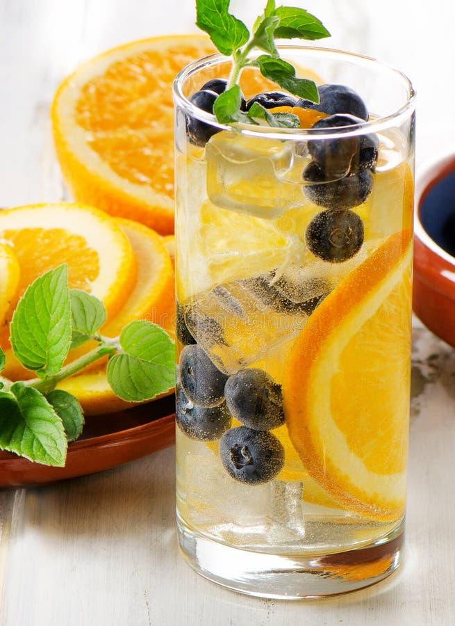 L'eau fraîche de Detox avec le fruit dans un verre images stock
