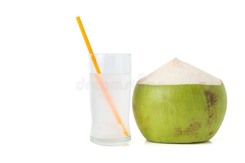 L'eau fraîche de noix de coco avec la noix de coco photographie stock
