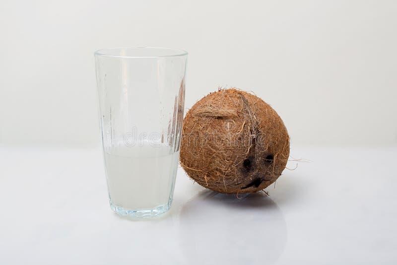 L'eau fraîche de noix de coco photographie stock