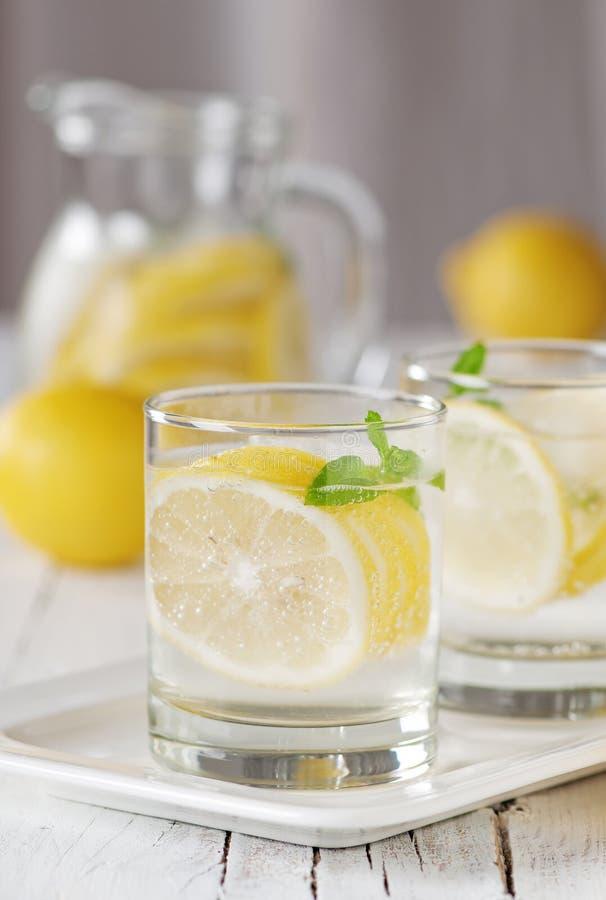 L'eau froide de citron image libre de droits