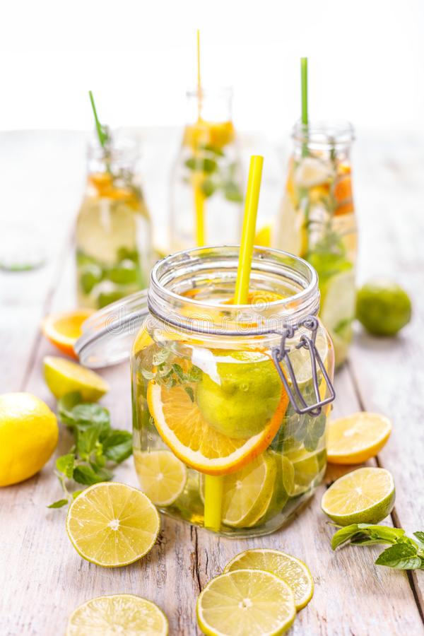 L'eau froide de citron image stock