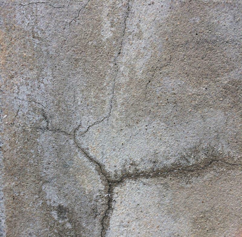 L'eau hors des fissures des murs de ciment images stock