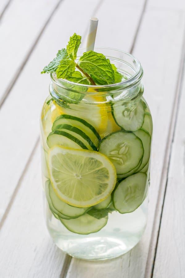 L'eau infusée avec le citron, le concombre et la menthe photo libre de droits