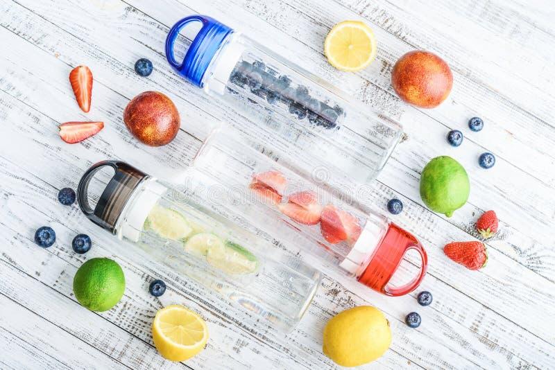 L'eau infusée de detox dans des bouteilles image libre de droits