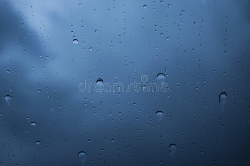 L'eau laisse tomber toujours le macro de texture au-dessus d'un verre images libres de droits