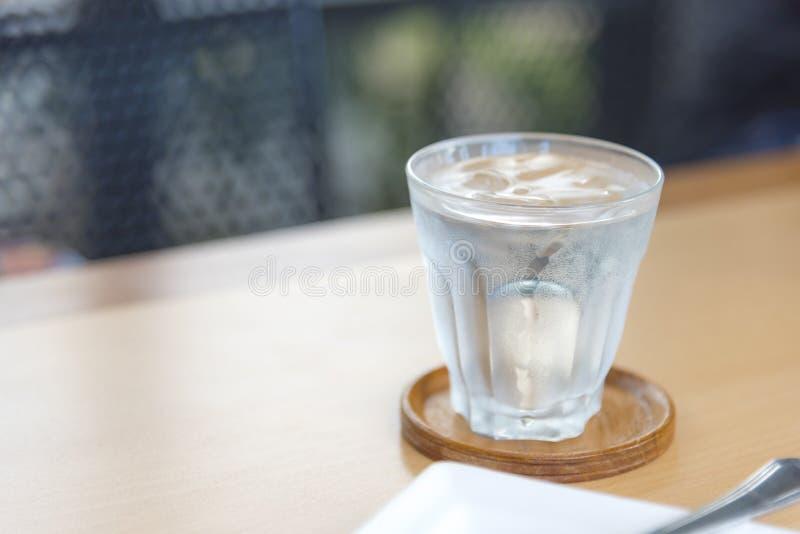 L'eau min?rale en verre sur la table en bois avec le fond abstrait, le foyer s?lectif sur le courant, les boissons de nourriture  images stock