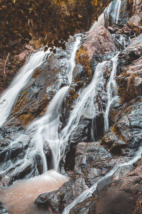 L'eau molle du courant en parc naturel, belle cascade dans la for?t tropicale photos stock