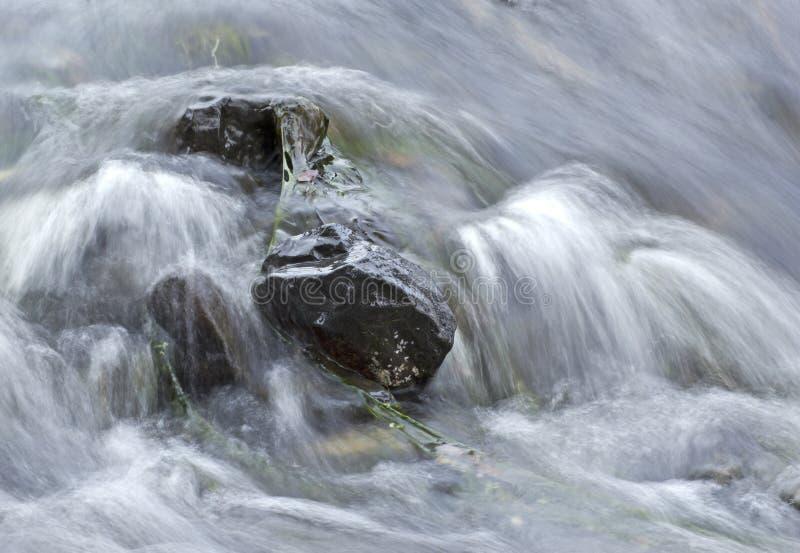L'eau molle se précipitant au-dessus des roches photographie stock libre de droits