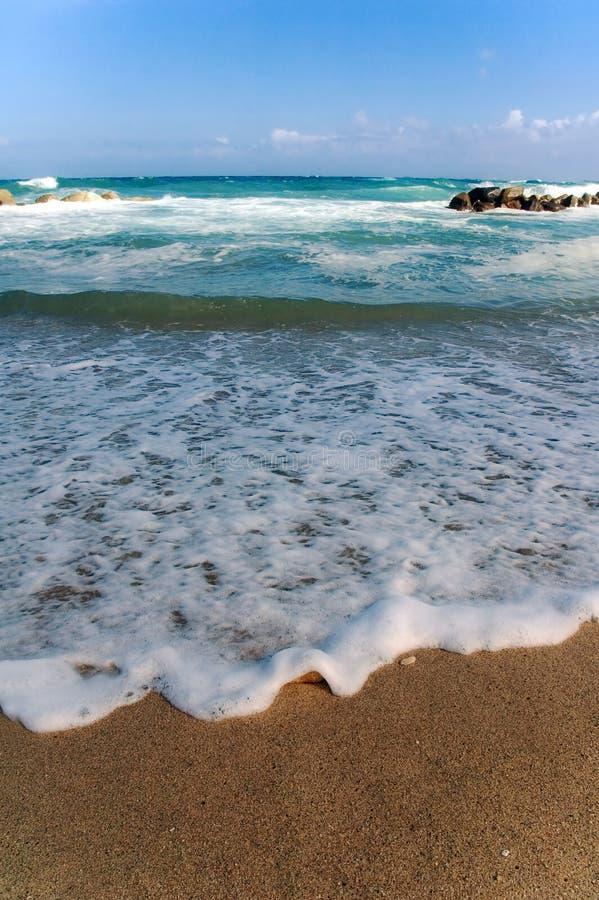 L'eau mousseuse sur la plage photos stock