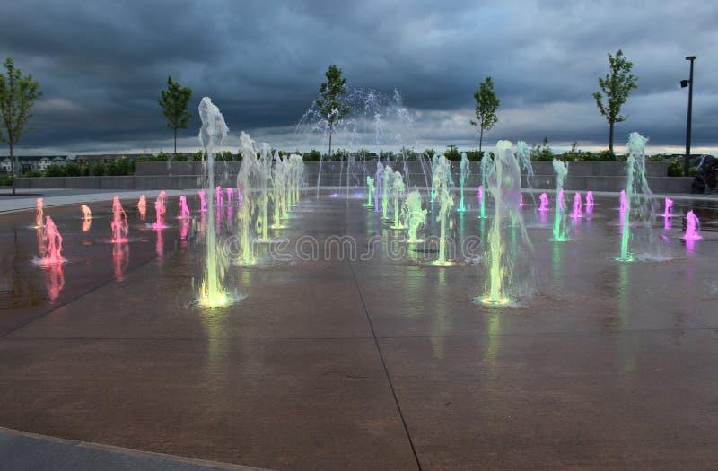 L'eau multicolore injecte hors de la terre photo stock