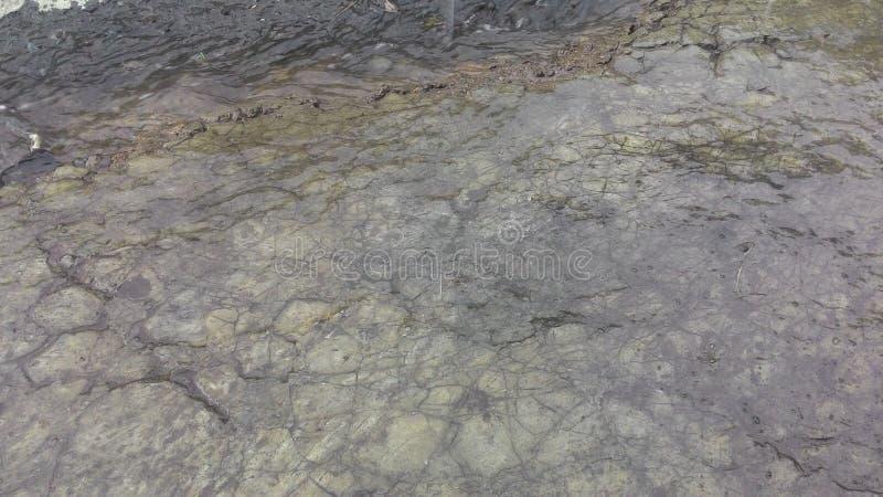 L'eau ondule transparent dans la roche image stock