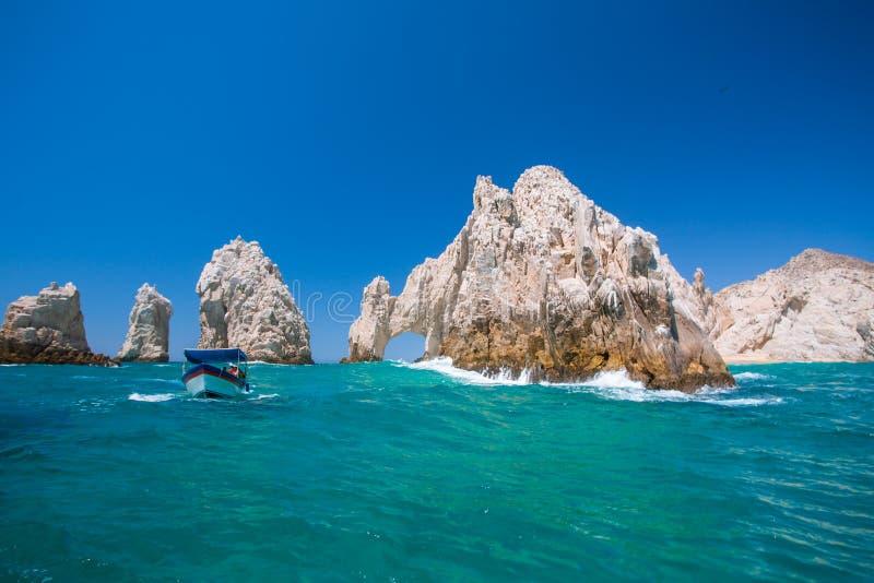 L'eau onduleuse devant des voûtes de Cabo San Lucas images stock
