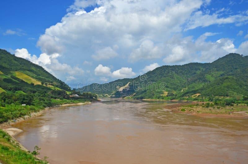 L'eau opaque de la rivière pendant l'hiver de campagne photographie stock libre de droits