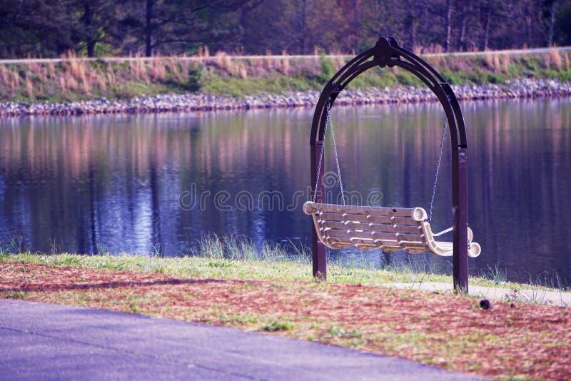 L'eau paisible au crépuscule photographie stock