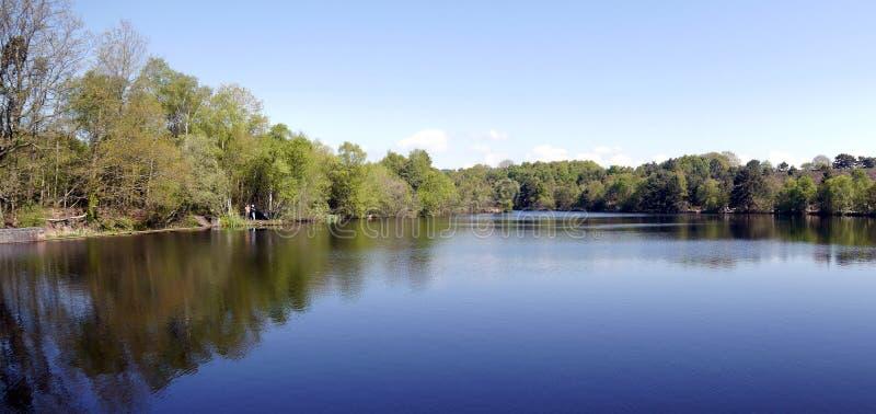L'eau paisible d'un lac en Devon South West England dans le printemps image libre de droits