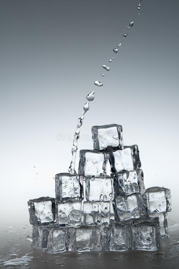 l'eau pleuvante à torrents de minerai frais clair images stock