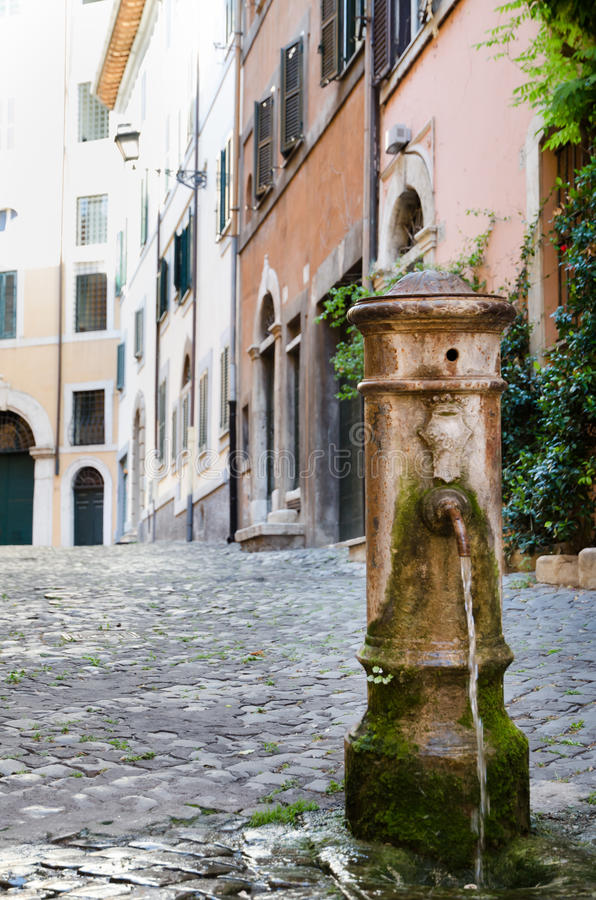 L'eau potable de fontaine à Rome photo libre de droits