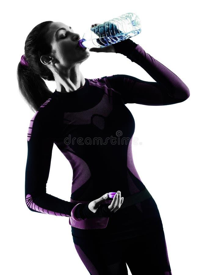 L'eau potable pulsante de taqueur courant de coureur de femme a isolé le silh photos stock