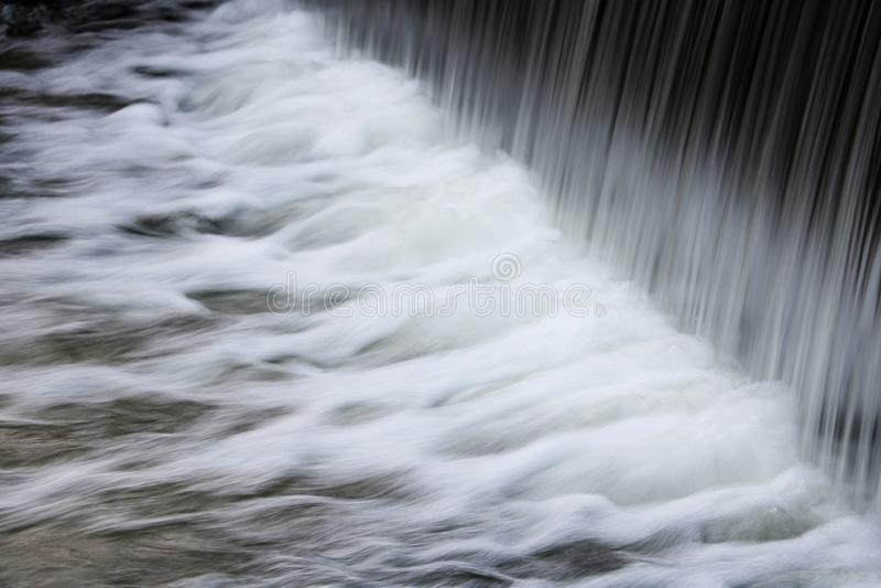L'eau propre fonctionnant de beaucoup de robinets avec le scintillement se laisse tomber photos libres de droits