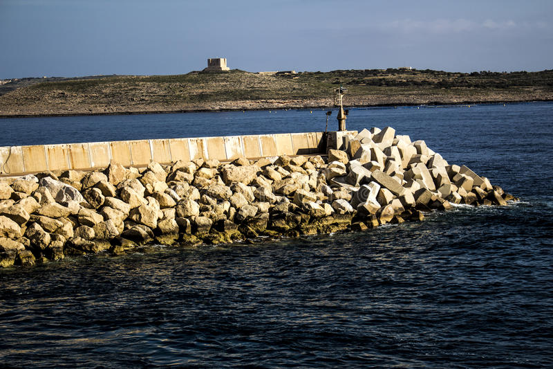 L'eau Quay chez Cirkewwa Malte image libre de droits