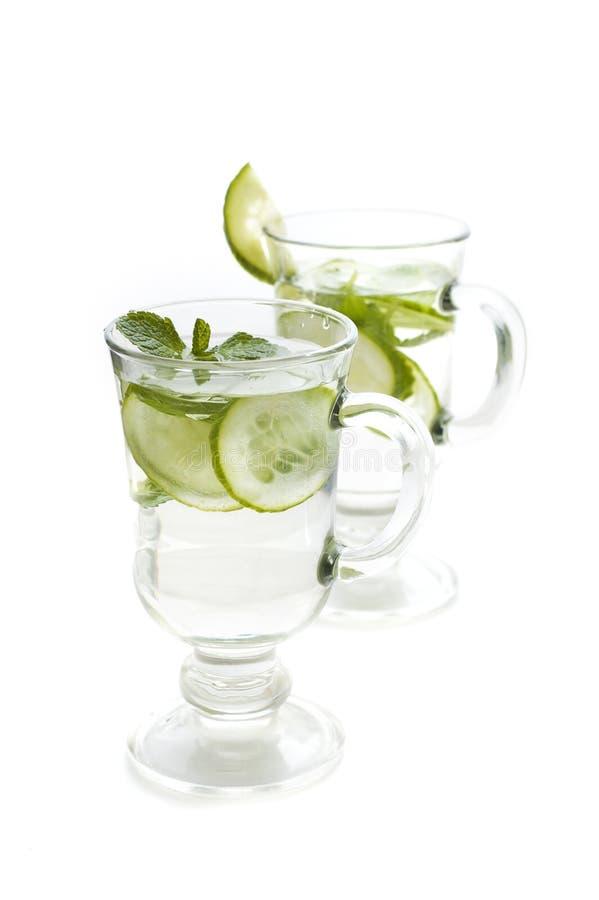 L'eau régénératrice avec le concombre photo libre de droits